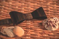 Темное коричневое bowtie на предпосылке с accsesorise стоковая фотография