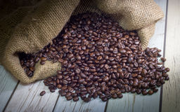 Темное кофейное зерно в мешке Стоковое фото RF