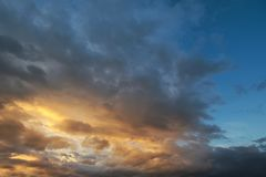 Темное небо с облаками blak приносит дождь шторма на заход солнца стоковые изображения