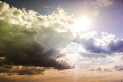 Темное небо с облаками шторма во время захода солнца Стоковые Изображения RF