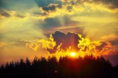 Темное небо с облаками шторма во время захода солнца Стоковые Фотографии RF