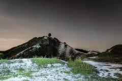 Темное ночное небо над высоким холмом мела ноча ландшафта естественная Стоковая Фотография
