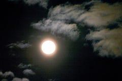 Темное ночное небо с полнолунием Стоковая Фотография