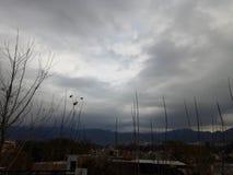 Темное облачное небо в городке Стоковое Изображение RF