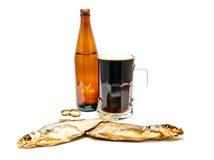 Темное пиво и 2 посоленных рыбы Стоковые Изображения RF