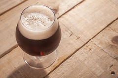 Темное пиво на древесине Стоковые Фото