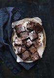 Темное пирожное шоколада и грецкого ореха придает квадратную форму на a Стоковая Фотография