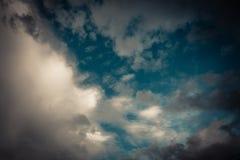 Темносинее небо и облака, белое облако в голубом небе в годе сбора винограда Стоковые Изображения
