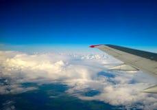 Темносинее небо с облаками и крылом воздушных судн стоковые фотографии rf