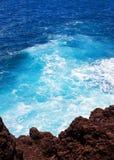 Темносиняя вода Мауи, Гаваи Стоковые Фото