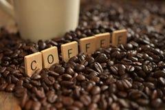 Темнота зажарила в духовке конец кофейного зерна вверх Стоковое фото RF