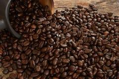 Темнота зажарила в духовке конец кофейного зерна вверх Стоковые Изображения