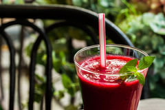 Темнота замороженной ягоды плодоовощ сладостная - красные коктеиль и солома для ее Десерт лета Стоковые Фотографии RF