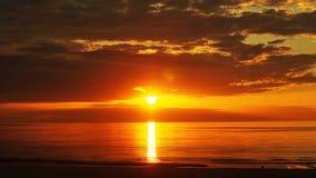 Темнота захода солнца - красные облака стоковое фото rf