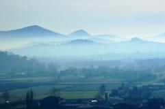 Темнота зимы на стране с туманом на холмах Стоковая Фотография