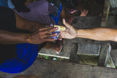 Темнота и светлая рука обменивают деньги стоковые фотографии rf