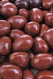 Темнота и шарики шоколада молокозавода Падения шоколада как картина текстуры предпосылки Bons Bon Падения шоколада Choco Стоковая Фотография