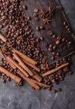 темнота кофе шоколада фасолей Шоколадный батончик Предпосылка с шоколадом Стоковая Фотография RF