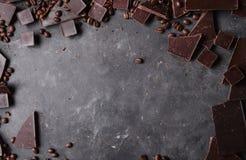 темнота кофе шоколада фасолей Шоколадный батончик Предпосылка с шоколадом макрос кофе завтрака фасолей идеально изолированный над Стоковые Фотографии RF