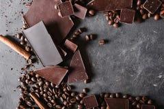 темнота кофе шоколада фасолей Шоколадный батончик Предпосылка с шоколадом макрос кофе завтрака фасолей идеально изолированный над Стоковое Изображение RF