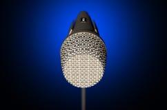 Темнота микрофона и стойки иллюстрация вектора