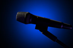 Темнота микрофона и стойки бесплатная иллюстрация