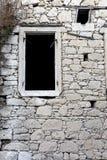 Темнота сдобрила окно в предпосылке каменной стены Стоковые Фотографии RF