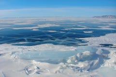 темно-синий лед на озере зимы, ледовитом ландшафте стоковое изображение rf