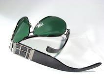 темно - солнечные очки изолированные зеленым цветом Стоковое фото RF