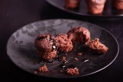 Темные атмосферические булочки шоколада на черной предпосылке стоковые изображения