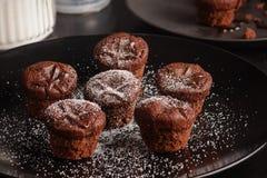 Темные атмосферические булочки шоколада на черной предпосылке стоковое фото rf