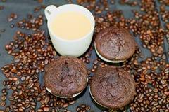 Темные булочки, чашки кофе и кофейные зерна на черной предпосылке Плоский дизайн Концепция кафе-бара Стоковая Фотография