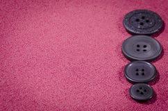 темные кнопки на красной ткани с космосом для надписи Стоковое фото RF