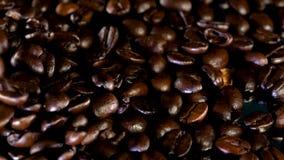 Темные кофейные зерна жаркого падая в кучу видеоматериал