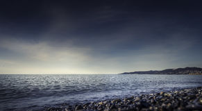 Темные небо и море в заходе солнца Стоковое Фото