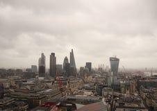 Темные небо и дождь над влажным взглядом панорамы Лондона Стоковая Фотография