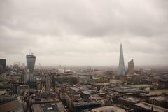 Темные небо и дождь над влажным взглядом панорамы Лондона Стоковое Изображение RF