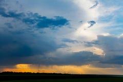 Темные облака в небе, проливном дожде начиная в вечере стоковые фотографии rf