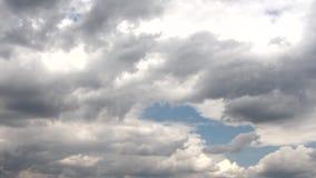 Темные облака в небе Среди темных облаков вы можете увидеть голубое небо сток-видео