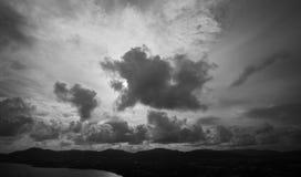 Темные облака или бурные облака над горой Стоковые Фотографии RF