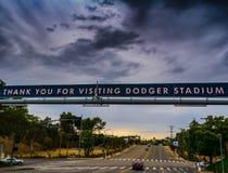 Темные облака над входом стадиона Dodgers стоковая фотография rf