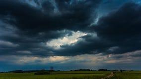 Темные облака шторма двигая быстро, timelapse 4k видеоматериал