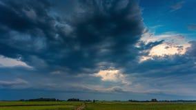 Темные облака шторма двигая быстро, timelapse 4k акции видеоматериалы