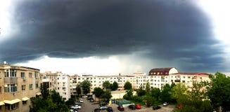 Темные облака над городом Стоковые Изображения
