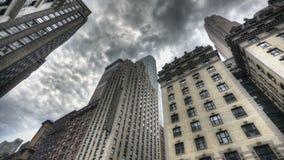 Темные облака над небоскребом акции видеоматериалы