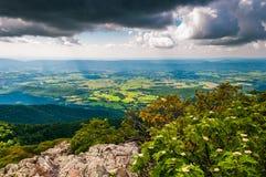 Темные облака над Shenandoah Valley, в национальном парке Shenandoah, Вирджиния. Стоковая Фотография RF
