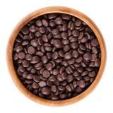 Темные падения шоколада в деревянном шаре над белизной Стоковые Фото