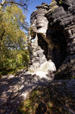 Темные полости сформировали внутри утесы походя пещера как структуры стоковое изображение rf