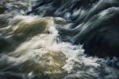 Темные пульсации на одичалом реке Стоковая Фотография