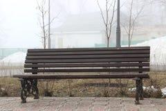Темные стойки деревянной скамьи на переулке Стоковая Фотография RF